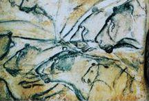 PREHISTORIC ART - Chauvet / La grotta Chauvet si trova in Francia, nell'Ardèche (regione della Rhône-Alpes). La sua scoperta risale al 18 dicembre 1994 a opera di Jean-Marie Chauvet. Chauvet ha sistematicamente esplorato la zona alla ricerca di grotte archeologiche, in quanto riteneva, a ragione, che l'area potesse dare un importante ritrovamento. E infatti, dopo aver scoperto ed esplorato più di venti grotte con pitture, grafiti e reperti, ha trovato la magnifica grotta Chauvet.
