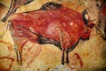 PREHISTORIC ART - Altamira / Le Grotte di Altamira sono delle caverne spagnole famose per le pitture rupestri del Paleolitico superiore raffiguranti mammiferi selvatici e mani umane. Si trovano nei pressi di Santillana del Mar in Cantabria, 30 chilometri ad ovest di Santander.Queste grotte sono state incluse tra i Patrimoni dell'umanità dell'UNESCO nel 1985.