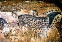 """PREHISTORIC ART - Peche Merle / La grotta del Pech-Merle (in francese: grotte du Peche-Merle) è una grotta situata nella vallé du Célée, nel comune francese di Cabrerets, nella regione Midi-Pirenei, e nota per i suoi disegni rupestri risalenti al 25.000-20.000 a.C. circa ed ascrivibili all'uomo di Cro-Magnon[1]. Si tratta di una delle più antiche grotte con dipinti del Paleolitico che si conosca.[1] Il sito, rinvenuto nel 1922, è classificato come monumento storico ed è definito """"galleria d'arte in un palazzo naturale"""""""