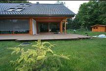 Taras kompozytowy w Berlinie / Taras kompozytowy marki Twinson, wykonany na podkonstrukcji drewnianej z bangkirai i podporach regulowanych DLH. Podłoże pod taras zostało starannie przygotowane i utwardzone. Jest to przykład rzetelnego przygotowania gruntu wokół nowego domu. Ziemia została zmieszana z cementem, zawibrowana i polana wodą. Tak przygotowane podłoże jest warstwą, która podczas deszczów nie będzie osiadała i się zmieniała.