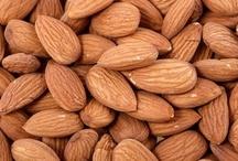 VITAMINA B2 O RIBOFLAVINA / La vitamina B2 o riboflavina es una vitamina hidrosoluble que transforma las calorías de los alimentos en energía y participa en la activación de numerosas vitaminas. La ingesta diaria recomendada para mujeres es de 1,3 mg y para hombres es de 1,7 mg.