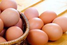 VITAMINA D / La vitamina D es una vitamina liposoluble que ayuda a que el organismo absorba el calcio y el fósforo, por lo que asegura la salud de los huesos. La ingesta diaria recomendada para mujeres y hombres es de 5 mcg.