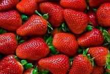 FRUTAS FRESCAS / La composición de las frutas difiere en gran medida en función del tipo de fruto y de su grado de maduración. El agua es el componente mayoritario en todos los casos. Constituye, en general, más del 80% del peso de la porción comestible. Los azúcares o hidratos de carbono simples (fructosa, glucosa, sacarosa...) confieren el sabor dulce a las frutas maduras. El contenido en grasas es casi inapreciable. Destaca el contenido de vitaminas, minerales i fibra.