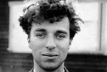 Чарли Чаплин (Charlie Chaplin) / Сэр Чарльз Спенсер (Чарли) Чаплин (Charles Spencer «Charlie» Chaplin; 16 апреля 1889 — 25 декабря 1977) — американский и английский киноактёр, сценарист, композитор и режиссёр, универсальный мастер кинематографа, создатель одного из самых знаменитых образов мирового кино — образа бродяжки Чарли, появившегося в короткометражных комедиях, поставленных на поток в 1910-е годы на киностудии Кистоуна. Чаплин активно использовал приёмы пантомимы и буффонады.