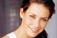 Эванджелин Лилли (Evangeline Lilly) / Николь Эванджелин Лилли (Nicole Evangeline Lilly; род. 3 августа 1979 года, Форт-Саскачеван, Альберта, Канада) — канадская актриса. Наиболее известна благодаря роли Кейт Остин в сериале телеканала ABC «Остаться в живых». Эванджелин Лилли родилась в Форт-Саскачеване, провинция Альберта, Канада в семье верующих христиан. И всё своё детство она провела без телевизора. Её отец является преподавателем экономики, а её мать — косметический консультант. Также у Эванджелин есть две младшие сестры.