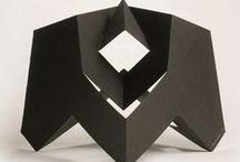 "Bruno Munari / L'arte di questo artista non è quindi una comune ""arte"" e nemmeno un'arte comunque; essa è Arte, anzi (arte) intesa come arte.  Munari, Artista e designer, Laterza, 1971  http://www.munart.org"
