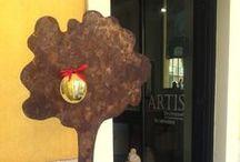 ARTIS / Sul Lago Maggiore, la mini gallery diretta dall'artista Irene Cornacchia, che ospita ceramiche e opere d'arte. Laveno Mombello - P.zza Marchetti 10. Lake Maggiore, the mini gallery of artist Irene Cornacchia, a small place for ceramics and works of art. Laveno Mombello - Piazza Marchetti 10.