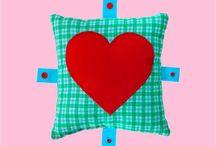 Geschenk mit Herz zum Valentinstag / Sag's mit CAROKISSEN: Ich liebe dich! ❤️