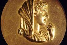 Ο ΧΡΥΣΟΣ ΣΤΗΝ ΑΡΧΑΙΑ ΕΛΛΑΔΑ / Στην αρχαία Ελλάδα,στη περίοδο της Αθηναϊκής Δημοκρατίας,τα αντικείμενα που ήταν κατασκευασμένα από χρυσό και αργυρό,τα ονόμαζαν ''φθόνος θεών''.Εκείνη την εποχή τα συγκεκριμένα μέταλλα,αποτελούσαν ένα τρόπο έκφρασης εξουσίας αλλά και οικονομικής ευχέρειας.Αναφορές για την αναζήτηση και την κατάκτηση των συγκεκριμένων μετάλλων αναφέρονται σε έργα πολλών ιστορικών και φιλοσόφων της αρχαιότητας.Ο πιο χαρακτηριστικός μύθος  είναι αυτός του Χρυσόμαλλου Δέρατος.