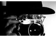 HENRI CARTIER BRESSON(1908-2004) / Γάλλος φωτογράφος ένας από τους σημαντικότερους του 20ού αιώνα.Σπούδασε ζωγραφική και με την φωτογραφία ασχολήθηκε  την δεκαετία του 1930.Ανακάλυψε τη Leica το 1932,αγόρασε το πρώτο του μοντέλο των 35mm στη Μασσαλία 24ετών και για 70χρόνια δεν το εγκατέλειψε ποτέ.Για την τεχνολογία ήταν πάντοτε αδιάφορος και φωτογράφιζε δίχως βοηθήματα.Το 1943 φωτογραφίζει την κατοχή και την απελευθέρωση του Παρισιού.1947 υπήρξε ιδρυτής στο Magnum.