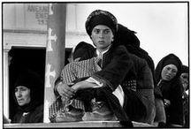 ΚΩΝΣΤΑΝΤΙΝΟΣ ΜΑΝΟΣ / Γιος Έλλήνων μεταναστών,ασχολήθηκε από μικρός με την φωτογραφία.Δεκαεννέα ετών ήταν ο επίσημος φωτογράφος της Συμφωνικής ορχήστρας της Βοστώνης.Το 1961 ταξιδεύει για την Ελλάδα και για τρία χρόνια φωτογραφίζει σε απομονωμένες περιοχές όλης της Ελλάδος και δημιουργεί το αριστουργηματικό του A GREEK PORTFOLIO.Από το 1964 ζει και εργάζεται στη Βοστώνη.