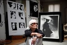 Lillian Bassman / (1917-2012) Γεννήθηκε στο Brooklyn της New York.Εργάστηκε ως σχεδιάστρια υφαντικής και εικονογράφος μόδας.Το 1949 φωτογράφισε την πρώτη συλλογή υψηλής ραπτικής του Παρισιού,η οποία την οδήγησε σε διακεκριμένη καριέρα.Φημίζεται για την καινοτόμο εργασία της σε σκοτεινό θάλαμο.Πειραματίστηκε με την εκτύπωση μέσα από μοναδικά υλικά ,το κάψιμο μέσα σε ορισμένες περιοχές ή τμήματα λεύκανσης της φωτογραφίας,για να δημιουργήσει εικόνες.