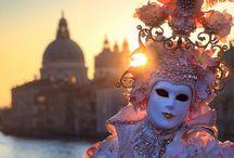 Veneza / Veneza está ligada por 400 pontes. O canal principal é o Grande Canal, onde estão os mais importantes palácios nobres. A praça mais importante é Piazza San Marco, onde pode ser vista à Basílica de San Marco enriquecida por lotes de Bizâncio de 1204 e o Palácio Ducal, onde o Doge governou a cidade até 1792. Veneza é também conhecida pela ilha de Murano, onde cristais de homônimo são produzidos e pelo espelho de prata.