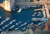 Dubrovnik Croacia / Dubrovnik - Croácia  Dubrovnik é um porto da costa da Dalmácia. A história da cidade está fortemente ligada á Veneza, a cidade velha mantém fortes testemunhos de governantes de Veneza. No centro histórico fica a catedral, a igreja de St. Valise, o palácio do reitor, e a coluna de Orlando. Do porto da cidade é possível navegar para visitar as ilhas que fazem fronteira na costa da Dalmácia.