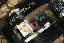 Boutique shu uemura Paris / N'hésitez pas à passer nous voir dans notre boutique parisienne au 176 Boulevard St Germain ! #boutique #StGermain #shuuemura #vitrine