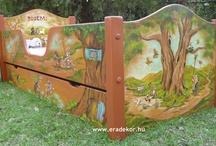 """Gyerekagy - vidam mesek - Noemi / Noémi névreszóló, masszív tömörfenyő gyerekágy """"Vidám mesék"""" mesemintával festve. Mintában hozzáillő, névreszóló játéktároló láda is rendelhető az ágyhoz. (Kattints a képekre a nagyításhoz!) Megrendelhető az EraDekor-nál. További információk: www.eradekor.hu"""