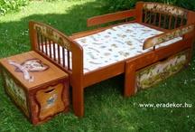 Gyerekagy - hosszabbithato - Medike / Medike hosszabbítható, névreszóló, masszív tömörfenyő gyerekágy indásvirágos-manós mintával festve. Leesésgátlóval, ágyneműtartóval. Mintában hozzáillő játéktároló láda is kérhető az ágyhoz. (Kattints a képekre a nagyításhoz!) Megrendelhető az EraDekor-nál. További információk: www.eradekor.hu