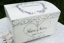 Eskuvore jokivansag lada / Provence-i stílusú festett jókívánság- és pénzgyűjtő láda esküvőre. Fehér, antikolt, romantikus, egyszerű, letisztult stílus. Viasszal kezelt, selymes tapintású. Belseje antik barna, illetve fehér színű lehet. A násznép ebbe dobhatja bele a borítékokat, jókívánságokat. Az esküvő után a lakás több pontján is használható, egyedi és praktikus tároló láda. Mérete: 35 x 26 x 26cm. Megrendelhető az EraDekor-tól. www.eradekor.hu