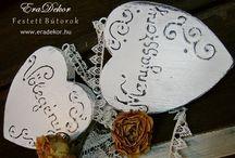 Menyasszony volegeny rusztikus szivek / Esküvőre fehér, antikolt fa szívek a provence-i stílus jegyében, Menyasszony és Vőlegény felirattal. Az esküvőn a pár székeire lehet kötni. Esküvő után az emléktáblák a hálószobafalra, szekrényre vagy ablakba akaszthatók. Megrendelhető az EraDekor-tól. www.eradekor.hu