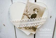 Keresztelore fenykeptarto sziv / Antikolt fehér színű, provence-i stílusú fa szív. A romantikus fényképtartó csipkébe lehet bújtatni a keresztelőn, bérmáláson vagy egyéb különleges alkalommal készült fotót. Felakasztható falra, bútorokra, ablakba. Mérete: 16 x 16cm. Megrendelhető az EraDekor-nál. További információ: www.eradekor.hu