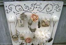 Ekszertarto tabla feher / Provence-i stílusú antikolt fehér, különleges motívumokkal festett ékszertartó tábla fa fogasokkal, fém akasztókkal. Fülbevalók, karkötők, gyűrűk, nyakláncok, hajgumik dekoratív és gubancmentes tárolásához. Megrendelhető az EraDekor-tól. További információ: www.eradekor.hu