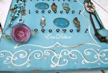 Ekszertarto tabla turkiz / Világos és sötétebb árnyalatú türkiz fa ékszertartó táblák különleges festett motívumokkal, fa fogasokkal és fém akasztókkal. Fülbevalók, nyakláncok, karkötők, gyűrűk, hajgumik dekoratív és gubancmentes tárolásához. Megrendelhető az EraDekor-nál. További információ: www.eradekor.hu