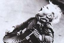 """Accordion / La fisarmonica (dal greco fissò + armonikòs, φυσώ + αρμονικός, soffio + armonico) o """"accordéon"""" (a + còrdion, α + χόρδιον, ossia senza corda) è uno strumento musicale aerofono mantice ad ancia libera."""
