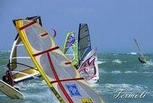 """Windsurf, Kitesurf o Vela? … a Termoli / """"L'istinto ci guida al mare e la passione ci spinge ad imparare"""" *** Termoli con la spiaggia di Rio Vivo è meta per gli amanti del windsurf e kitesurf con spiagge larghe, con vento direzionato da ponente (W WNW) *** Andare per mare è una cosa fantastica, ma richiede preparazione. Allora il Circolo Vela organizza corsi di vela, canoa per imparare, gradualmente, a vivere il mare in completa autonomia e sicurezza."""