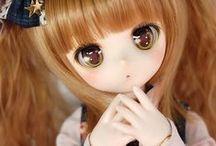 Bj Dolls / BJD son las siglas de Ball Jointed Doll (muñecas articuladas de bolas). Son las muñecas articuladas modernas creadas en Asia. Están hechas de resina, lo que las hace resistentes y fácilmente customizables. Es decir, son muñecas pensadas para la personalización según el gusto del cliente. Sus pelucas, ojos y maquillaje son intercambiables, incluso permiten modificaciones más serias gracias a la utilización de lijas en la resina.