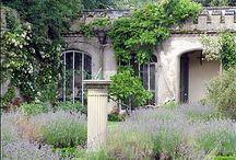 Holme Pierrepont Gardens / Beautiful gardens around the famous 16th century hall