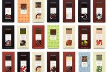 """CACAO SAMPAKA / Cacao Sampaka se numara printre primele 3 cele mai mari ciocolaterii din Spania, fiind rasfatata specialistilor, care o descriu ca fiind """"avangardista"""" , """"hip"""" si """"moderna"""". Aici, ciocolata este imbinata cu cele mai sofisticate plante si mirodenii, inclusive curry, cardamom, nutmeg. Retetele inovative si amestecurile de ingrediente nu pot fi experimentate nici macar in Franta sau Elvetia."""
