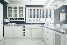 Kuchyně / Světlé až bílé kuchyně, které prosvětlí interiér.
