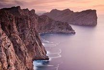 """Mallorca / Mallorca ist und bleibt die Ferieninsel Nummer 1 der Deutschen. Von den insgesamt etwa 14 Millionen Besuchern, die Malle jedes Jahr hat, kommen über 4 Millionen aus Deutschland – mehr als aus keiner anderen Nation der Welt. Viele davon sind Wiederholungstäter, reisen jedes Jahr wieder auf die Baleareninsel. Wir zeigen die schönsten Ecke auf """"Malle"""", die besten Strände, Restaurants, Wanderwege und Geheimtipps."""