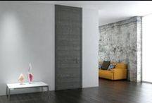 Blue-White catalog / Συνδυάζοντας έναν ιδιαίτερο τρόπο κατασκευής με την αφαιρετική γραμμή της σύγχρονης αρχιτεκτονικής, η SYNCRO παρουσιάζει για πρώτη φορά τη νέα, προηγμένη σειρά εσωτερικών πορτών BLUE WHITE. Η μινιμαλιστική εμφάνισή της, κρύβει μία πολύπλοκη κατασκευή και απαιτεί άρτια και πρωτότυπη τεχνική.