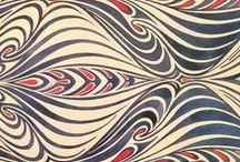 wzory / na tkaninach fabrycznych i ręcznie zdobionych, tapetach, papierze