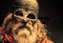 Hombres del Norte / La época vikinga es el nombre dado al periodo histórico en Escandinavia y su área de influencia en Europa, tras la edad de hierro germánica, entre los años 789 y 1100, durante el cual los vikingos -guerreros y comerciantes escandinavos- atacaron y exploraron la mayor parte de Europa, del sudoeste de Asia, de África norteña y de norteamérica nororiental.