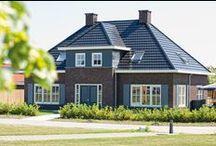 Keralit gevelbekleding / Keralit is de meest toegepaste gevelbekleding is de Nederlandse woningbouw. Door de combinatie van een drietal modellen en tientallen kleuren en houtstructuren, past Keralit bij elke woning. Keralit bestaat uit een oersterke kunststof basis, afgewerkt met een UV-bestendige toplaag. Hierdoor hoeft u nooit meer te schilderen en krijgt u standaard 10 jaar garantie.