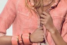 CORAL. By Ana María. / Coral, peach y palo de rosa en ropa, accesorio, maquillaje y joyas.