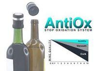 AntiOx Winesaver: houdt je wijn een week langer goed / AntiOx beschermt de wijn tegen oxidatie. Sinds jaren zoeken Horeca-uitbaters en consumenten naar oplossingen om wijn te serveren per glas. Eens geopend oxydeert wijn snel als gevolg van blootstelling aan het zuurstof in de lucht. Een geopende fles wijn goed kunnen bewaren is dus noodzakelijk om per glas te kunnen schenken. Goedkoop, zeer eenvoudig en snel in gebruik (gewoon de stop op en van de fles zetten).