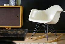 Charles Eames RAR Schaukelstuhl - Einrichtungsideen / Ein Schaukelstuhl muss nicht gleich altmodisch aussehen, mit dem RAR Rocking Chair von Charles Eames, treffen zeitlose Kunst auf pure Entspannung.   https://modecor.com/navi.php?qs=rar