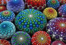 Mandalas en piedras y otras decoraciones