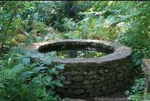 puits (nom invariable) / PUITS          nm inv   1    trou creusé dans le sol pour extraire de l'eau ou des minerais   2    excavation naturelle dans le sol, gouffre    - avant-puits         nm inv     (technologie)   début d'un puits en cours de forage   - puits d'amour              gâteau creux rempli de crème pâtissière   - puits de science              érudit, savant
