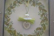 Schutzengel Geschenkekarte/ Guardian Angel Card / eine Natur belassene Karte mit einem selbst gebasteltem Schutzengelanhänger der aus einem Perlmutt Knopf, einer Perle, Draht, Geschenkband, und einer mini Stoff Blume der als Kragen dient verziert ist... nettes Geschenk