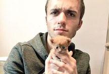 Squeezie et ses chats / Le youtuber français le plus connu est fan de chats... et il le fait savoir !