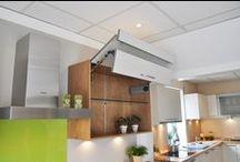 BLUM Aventos HK / AVENTOS HK eröffnet dank seiner schlanken Bauweise großen Gestaltungsspielraum bei kleinen Hoch- und Oberschränken. Somit lassen sich auch Korpusse mit geringer lichter Tiefe komfortabel ausstatten, z. B. über dem Dunstabzug in der Küche oder dem Waschbecken im Badezimmer. Der symmetrische Kraftspeicher kann sowohl einseitig als auch beidseitig eingesetzt werden. Mit dem Einsatz auf beiden Seiten lassen sich auch größere, schwerere Fronten realisieren.