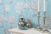 Kaunis kukkakuosi / Kukkakuosi tapetissa tuo ympärilleen harmonisuutta ja rauhallisuutta. Toisaalta se voi  myös olla näyttävä ja huomiotaherättävä sisustuselementti.  Suomen AM-Markkinointi Oy:llä on vankka jalansija suomalaisessa tapettien maahantuonnissa. Perinteisten tapettien ja valokuvatapettien ohella tuotevalikoimaan kuuluvat sisustustarrat, lasitaulut, sisustusparrut, -listat ja rosetit. Lisäksi tuotevaikoimassa ovat Pride valmisliimat ja liisterit.