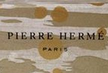 Pierre Hermé X NOBILIS / Collaboration avec la Maison Pierre Hermé Paris, des macarons de légende dans un écrin d'exception. Cosmos : Inspiré d'un paysage japonais sous la neige, le papier est un hommage aux meubles de Jean Dunand, l'un des maîtres occidentaux de la période Art Déco.