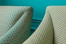Collioure & Guérande / Le motif cravate style années 50 renoue avec la tendance.  Il revient en jacquard mat à petits motifs et se coordonne en harmonie de teintes. Un bon basique pour sièges et rideaux.  Collioure : intemporel petit motif cravate en coloris contrastés fondus.  Guérande : avec son petit motif jacquard en V sièges et acessoires prennent de belles couleurs.