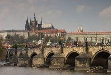 Brug naar het verleden / Er zijn talloze bruggen ter wereld. Voor autoverkeer, trein en voetganger. Van steen tot glasvezel. Met een boog, tui of zweef constructie. Een verzameling van bekende en verrassende verbindingen.