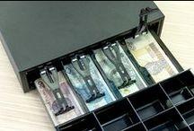 Szuflady kasowe / Zawsze otwierają się we właściwym momencie. Bywają białe lub czarne, czasami w rozmiarze średnim, innym razem duże i pojemne. Przechowają nie tylko drobne, ale także banknoty. Szuflady kasowe.